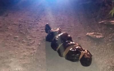 a35c05882 El cadáver fue localizado en bolsas de plástico negras a un costado del  canal de aguas negras.